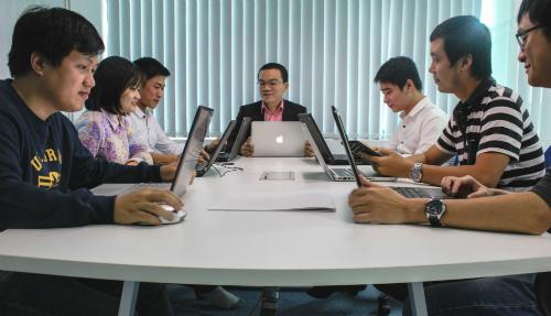 Ông Nguyễn Thanh Hải - cChủ tịch Zinza Technology cùn g nhân viên công ty.