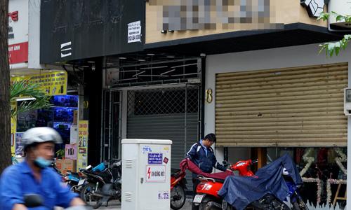 Nhân viên một cửa hàng trên đường Huỳnh Thúc Kháng (TP HCM)xếp áo mưa chuẩn bị ra về sau khi đóng cửa hàng lúc 15h30 chiều 25/12. Ảnh: Viễn Thông.