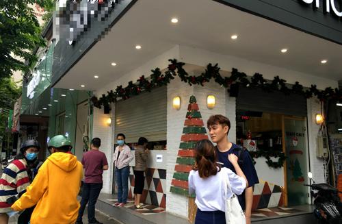 Nhiều bạn trẻ thất vọng vì không kịp mua trà sữa trước giờ cửa hàng đóng cửa tránh bão Tembin. Ảnh: Viễn Thông.