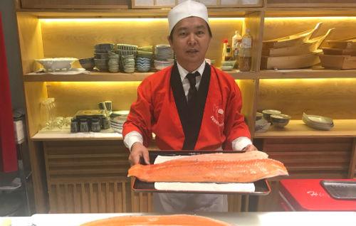 Với những vị khách đặt biệt, khi được yêu cầu Tân sẵn sàng làm đầu bếp phục vụ.