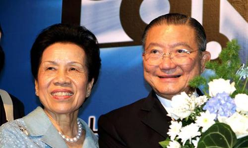 ÔngCharoen Sirivhadhanabakdi và vợ. Ảnh: Nikkei.