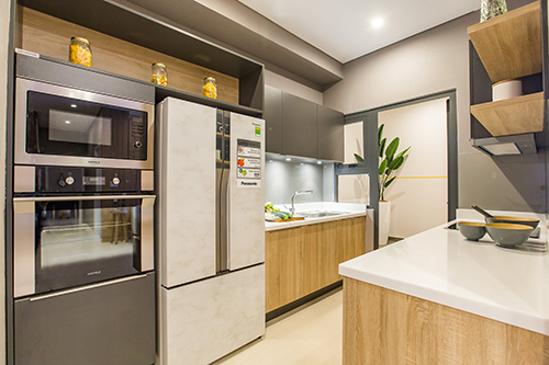 Khu bếp dùng trang thiết bị hiện đại và tiện nghi. Không gian bếp rộng rãi bố trí riêng biệt và kín đáo, gắn liền với lô gia tạo nên sự thông thoáng.