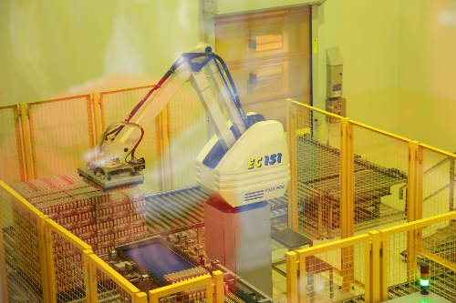 Quy trình sản xuất được thực hiện khép kín và tự động hóa giúp nhà máy hoạt động hiệu quả và cho năng suất cao với chỉ 60 nhân viên.