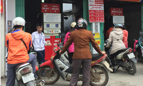 Cây xăng trên đường Lạc Long Quân (Hà Nội) chỉ có một vòi bơmE5. Ảnh: Anh Tú.