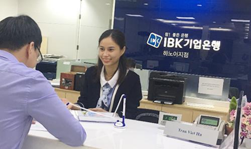 Khách hàng giao dịch tại IBK Hà Nội.
