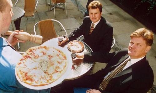 Ông David Page (phải) từng bị đuổi học, làm rửa bát trước khi trở thành ông chủ nổi tiếng. Ảnh: BBC.
