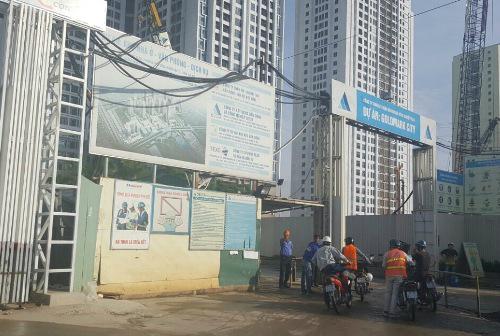 Phần tường rào dự án chưa được xây dựng như cam kết cũng đang gây bức xúc cho cư dân.Ảnh: CĐT