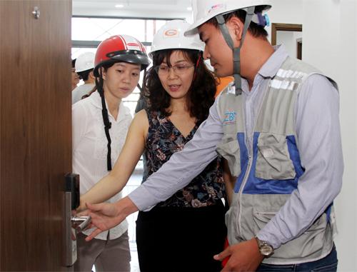 Người mua dự án Him Lam Phú An tham quan căn hộ thực tế