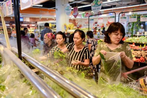 Nhiều khách hàng chọn mua thực phẩm tại hệ thống VinMart & VinMart+.