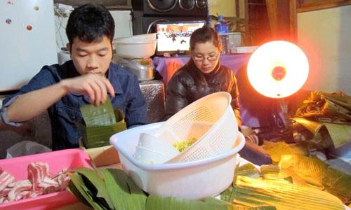 Người Việt gói bánh trung tại Nhật. Ảnh: NVCC.