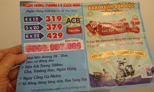 Tờ rơi quảng cáo bán đất ngân hàng thanh lý và cho vay 25 năm. Ảnh: Trung Tín