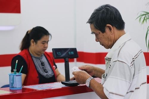 Một cụ già mua vé số tại điểm bán hàng trên đường Dương Bá Trạc (quận 8).