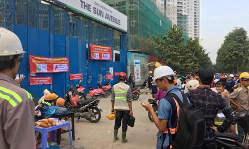 Các nhà thầu phụ treo băng rôn đòi nợ nhà thầu chính AGC tại công trường dự án The Sun Avenue. Ảnh: K.N