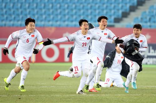 Sau trận thắng bán kết, đội tuyển U23 nhận cơn mưa tiền thưởng từ nhiều bộ ban ngành, doanh nghiệp và cá nhân. Ảnh: Anh Khoa