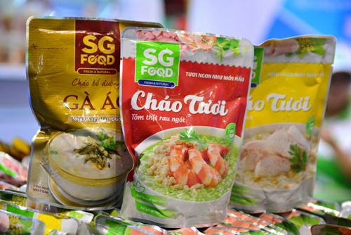 Cháo tươi của SGFood nhiều hương vị, phù hợp cho tất cả thành viên trong gia đình.Chị Hoài Thu, nhân viên văn phòng ở quận 12 cho biết, trước tình trạng thực phẩm bẩn, các sản phẩm từ thiên nhiên và an toàn cho sức khỏe ngày càng được ưa chuộng. Không chỉ mua sắm tại đây, chị còn biết thêm những thương hiệu sản xuất thực phẩm an toàn để chọn lựa cho bữa ăn hàng ngày.