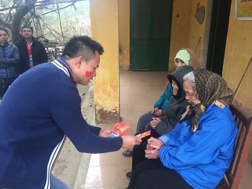 Công ty thực phẩm gia đình Anco tặng quà cho người nghèo