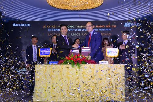 Ông Nguyễn Minh Tâm - Phó Tổng giám đốc Sacombank (bên trái) và Ông Yang Wenhui - Tổng giám đốc UnionPay International Đông Nam Á