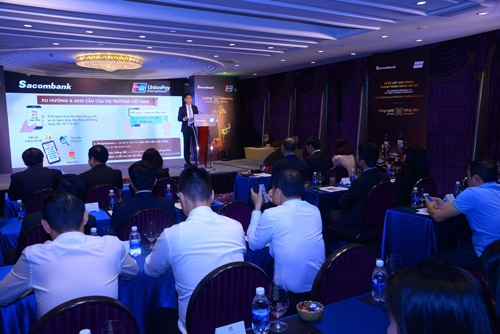 Đại diện Sacombank giới thiệu về thanh toán mã QR.