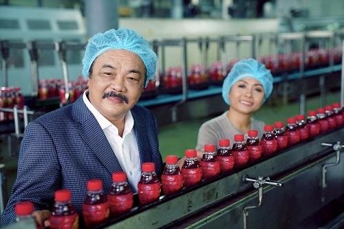 Doanh nhân Trần Quí Thanh (trái)bên dây chuyền sản xuất đồ uống trong nhà máy. Thành lập năm 1994, Tập đoàn nước giải khát Tâm Hiệp Phát là đơn vị sản xuất đồ uống lớn nhất tại Việt Nam sau phong trào Đổi Mới. Ảnh :THP