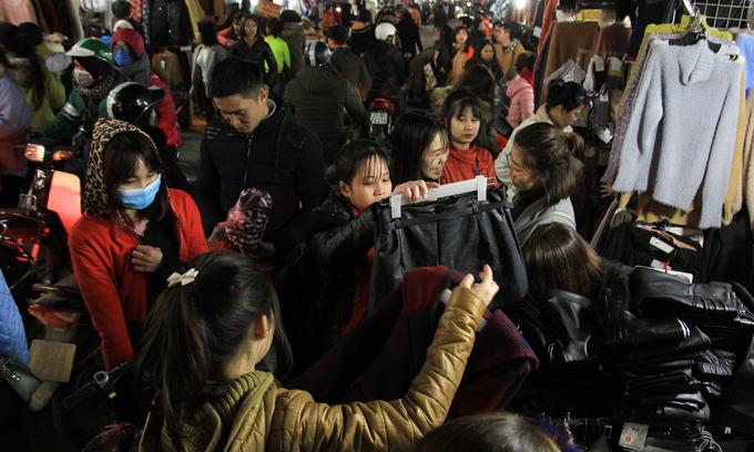 Sinh viên Hà Nội đội rét mua hàng giảm giá trước Tết