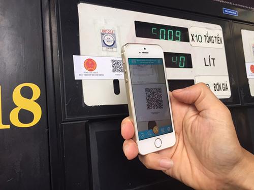 Trả tiền mua xăng qua ứng dụng QR code