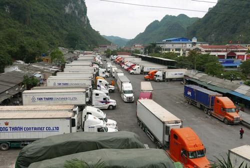 Tình trạng hàng nông sản xuất sang Trung Quốc ách tắc tại cửa khẩu Lạng Sơn lại tái diễn dịp cận Tết Nguyên đán. Ảnh minh họa: Quý Đoàn