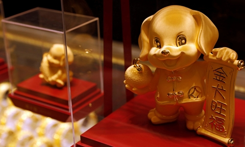 Sản phẩm mừng năm Tuất trong cửa hàng trang sức Chow Tai Fook. Ảnh: Reuters
