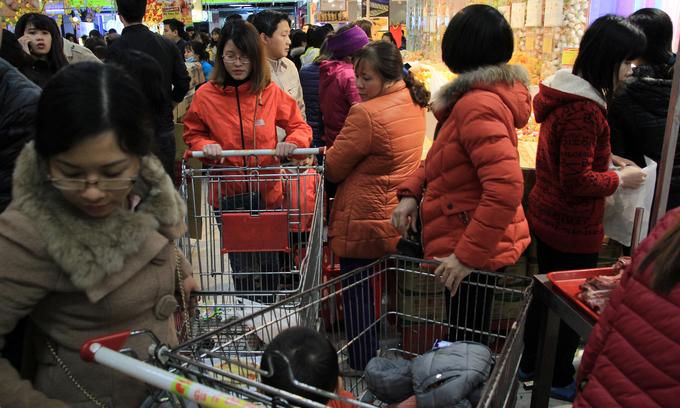 Xếp hàng gần một tiếng chờ thanh toán trong siêu thị ngày cuối năm