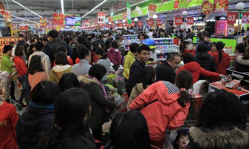 Các siêu thị đều phải tăng quầy thanh toán nhưng khách vẫn phải xếp hàng chờ đợi khá lâu. Ảnh: Anh Tú