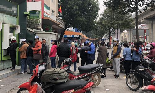 Trong khi các phòng giao dịch, chi nhánh ngân hàng đông nghẹt thì nhiều máy ATM của các nhà băng báo tạm ngừng hoạt động. Ảnh: QT