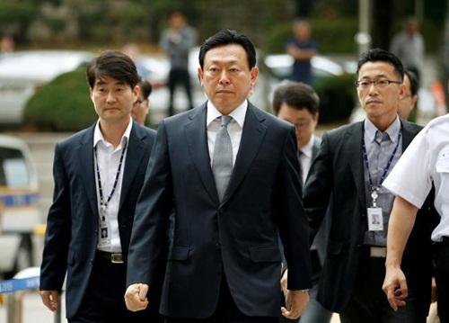Chủ tịch Lotte Group - Shin Dong-bin (giữa) đến một tòa án tại Seoul. Ảnh:Reuters
