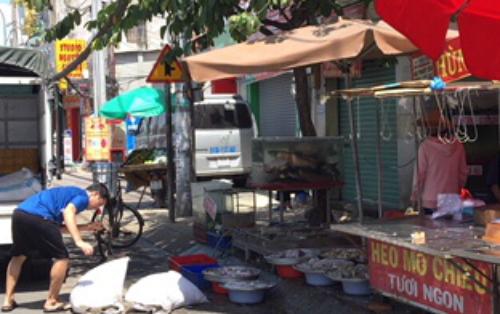 Quầy hải sản thưa khách mua tại chợ Hiệp Bình, Thủ Đức, TP HCM ngày mùng 4 Tết.