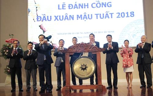Bộ trưởng Đinh Tiến Dũng đánh cồng đầu năm tại Sở Giao dịch chứng khoán TP HCM.
