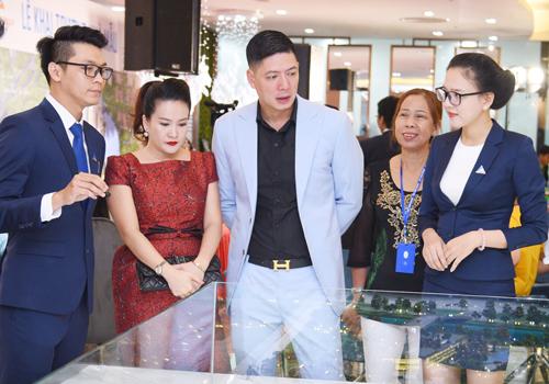 Khoảng 1.000 người đến tham quan nhà mẫu Gem Riverside đặt tại tầng 4, tòa nhà Parkson Cantavil, quận 2, TP HCM, trong đó có vợ chồng Bình Minh - Anh Thơ.
