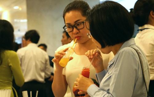 Một số khách mời nếm thử nước trái cây sản xuất bằng công nghệ HPP. Ảnh: Viễn Thông