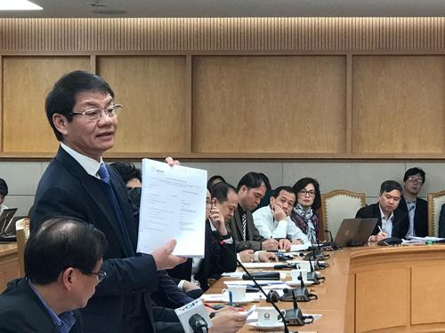 Ông Trần Bá Dương - Chủ tịch Thaco mang tới cuộc họp tập tài liệuchứng nhận chất lượng kiểu loại xe mà doanh nghiệp này xin được từ các hãng. Ảnh: Hoài Thu