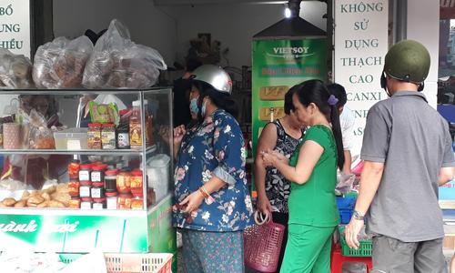 Dù khá nhỏ, quán chay bên cạnh chợ Hòa Bình (quận 5) rất đông khách.