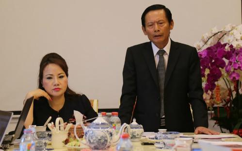 Bà Chu Thị Bình cùng luật sư Phan Trung Hoài. Ảnh: PV