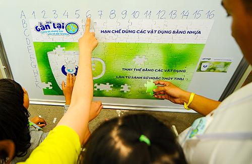 Các em nhỏ có cơ hội tìm hiểu, tham gia trò chơi về bảo vệ môi trường.