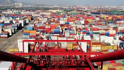 Trung Quốc hiện là nước tạo thâm hụt thương mại lớn nhất cho Mỹ. Ảnh: AFP
