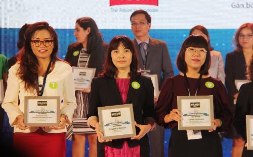 Đại diện Chubb Life (giữa) nhận chứng nhận 100 nơi làm việc tốt nhất Việt Nam 2017 từ mạng cộng đồng nghề nghiệp Anphabe và Công ty Nghiên cứu Thị trường Intage Việt Nam.
