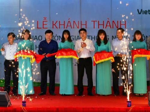 Buổi lễ khánh thành diễn ra trang trọng, với sự hiện diện của nhiều lãnh đạo địa phương lẫn ngân hàng.