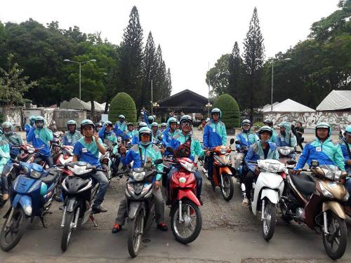 Các tài xế Uber tập trung ở công viên Lê Văn Tám (TP HCM) để chia tay trước khi ứng dụng được tắt vào 4h sáng mai.