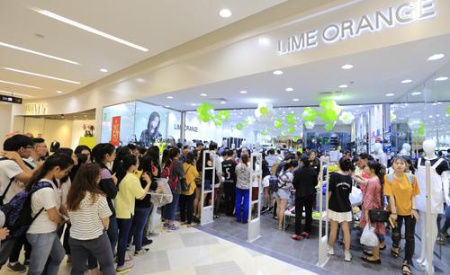 Nhân dịp ra mắt dòng sản phẩm áo khoác đặc biệt này, Fashion Star - Lime Orange ưu đãi Mua 1 Air Hoodie Tặng 1 Balo R3 trị giá 499,000 vnd cho 100 người đầu tiên tại Aeon Mall Bình Tân vào 18h ngày 14 tháng 4 này. Ngoài ra khi Air Hoodie tại Aeon Mall từ 18h ngày 14 tháng 4 các bạn còn được giảm giá ngay 10%.