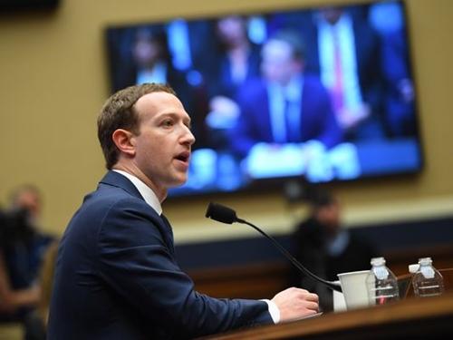 Mark Zuckerberg trong buổi điều trần vớiHạ viện Mỹ tuần trước. Ảnh: USA Today