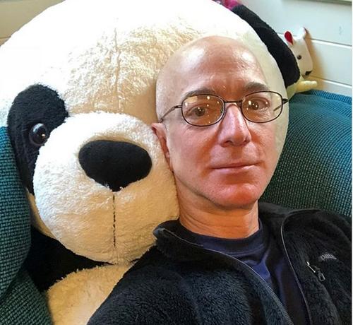 Jeff Bezos thư giãn cuối tuần với thú bông của các con. Ảnh: Instagram