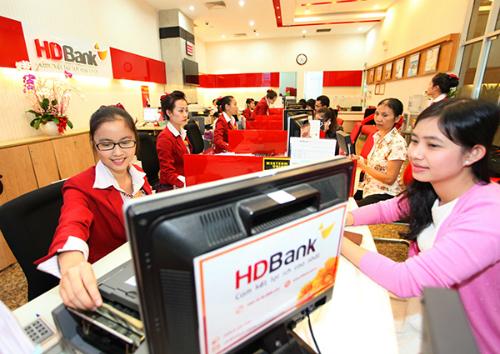 Giao dịch tại chi nhánh HDBank. Ảnh: PV.