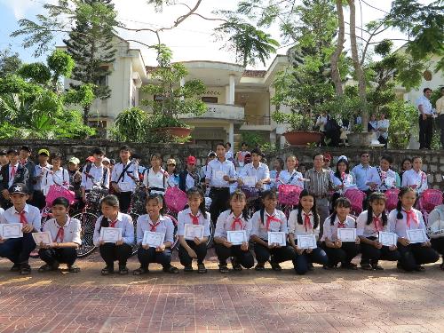 ABBank trao học bổng cho học sinh nghèo