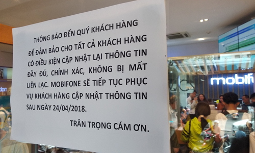Thông báo dán tại cửa hàng MobiFone trên đường Nguyễn Du, quận 1, TP HCM. Ảnh: Anh Tú