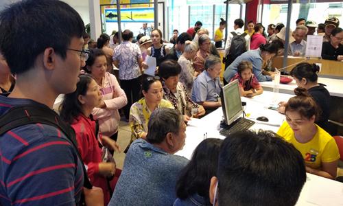 Khách hàng đổ đến điểm giao dịch của MobiFone ở Nguyễn Du (TP HCM) sáng nay để bổ sung thông tin và hình chân dung. Ảnh: Anh Tú.
